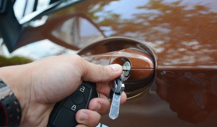 Khóa cửa xe ô tô bằng chìa khóa là cách đơn giản nhất và an toàn