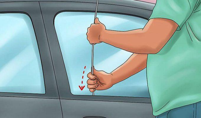 Sử dụng một thanh kim loại uốn 1 đầu móc để mở cửa xe