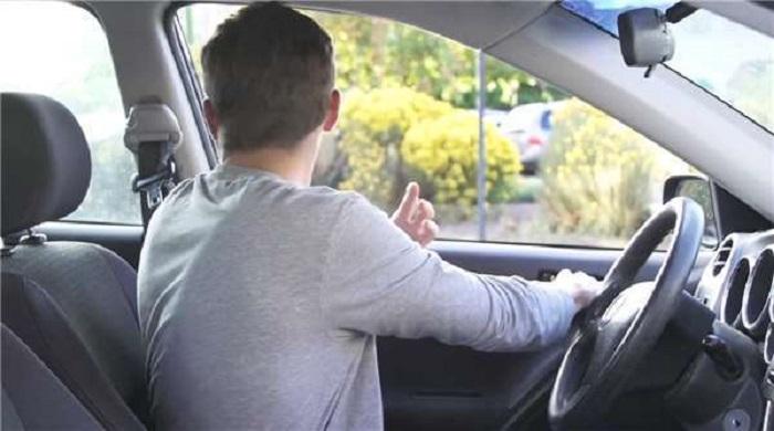 Khi bạn ở vị trí lái xe, bạn chỉ cần nắm tay cửa và đẩy ra